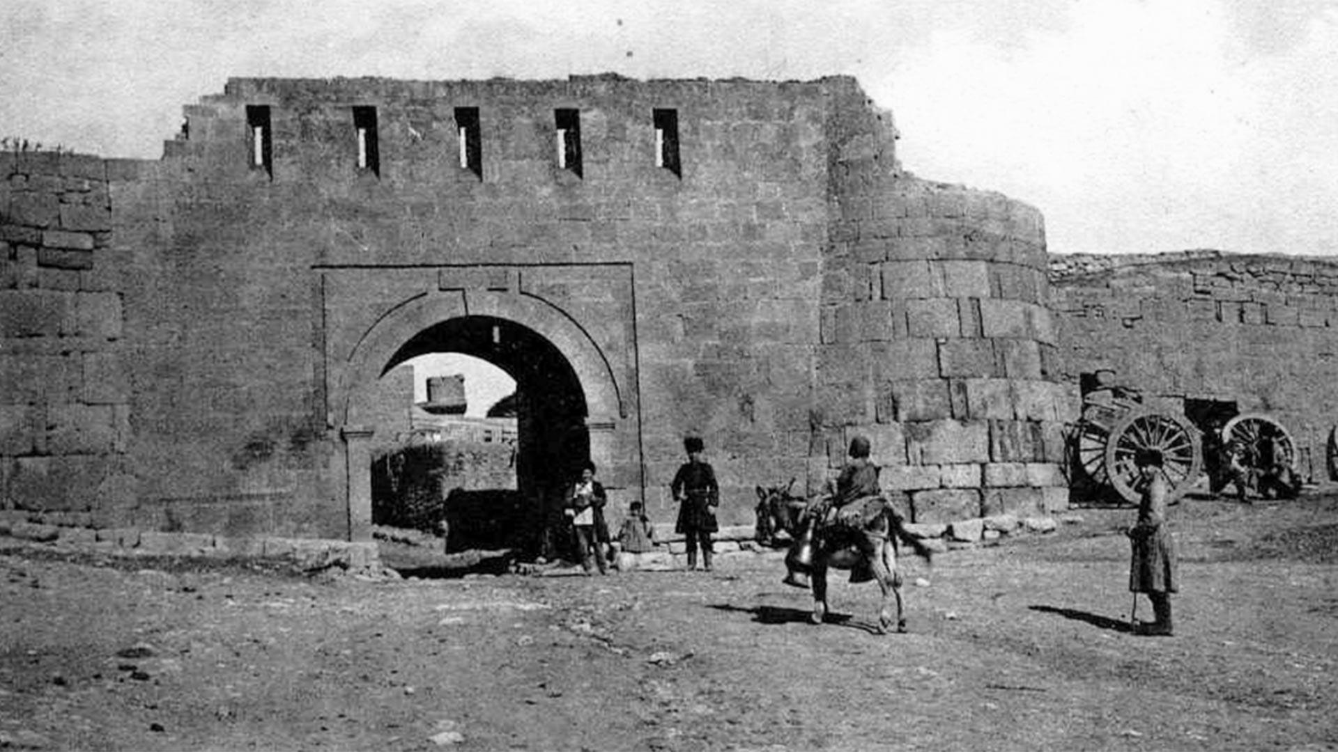 En 1222, l'armée de Gengis Khan est apparue devant les murs de la cité. Au début, cette dernière a réussi à repousser les Mongols, mais en 1239, Derbent est finalement tombée.