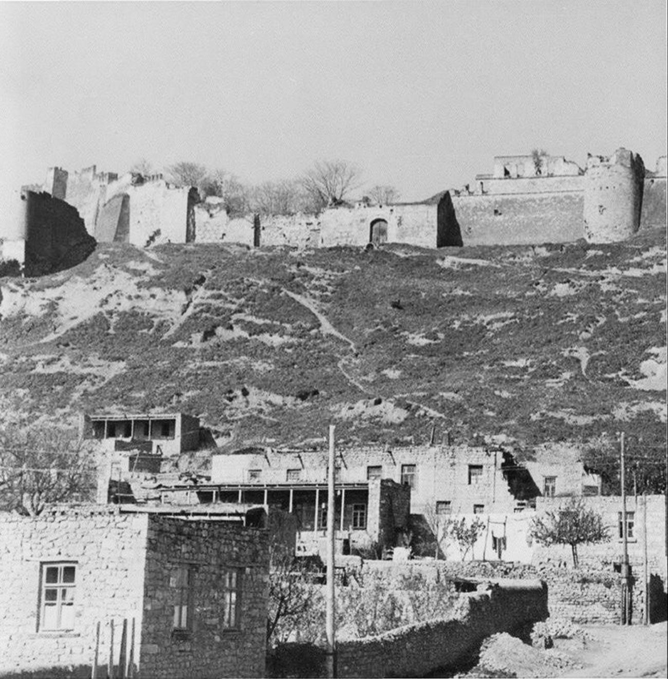 Au VIIe siècle, les Arabes musulmans ont apporté leur propre religion à Derbent et l'islam prédomine aujourd'hui tant dans la cité que dans l'actuelle République du Daghestan tout entière. Au début du VIIIe siècle, Derbent est devenue le principal point d'appui local du Califat caucasien.