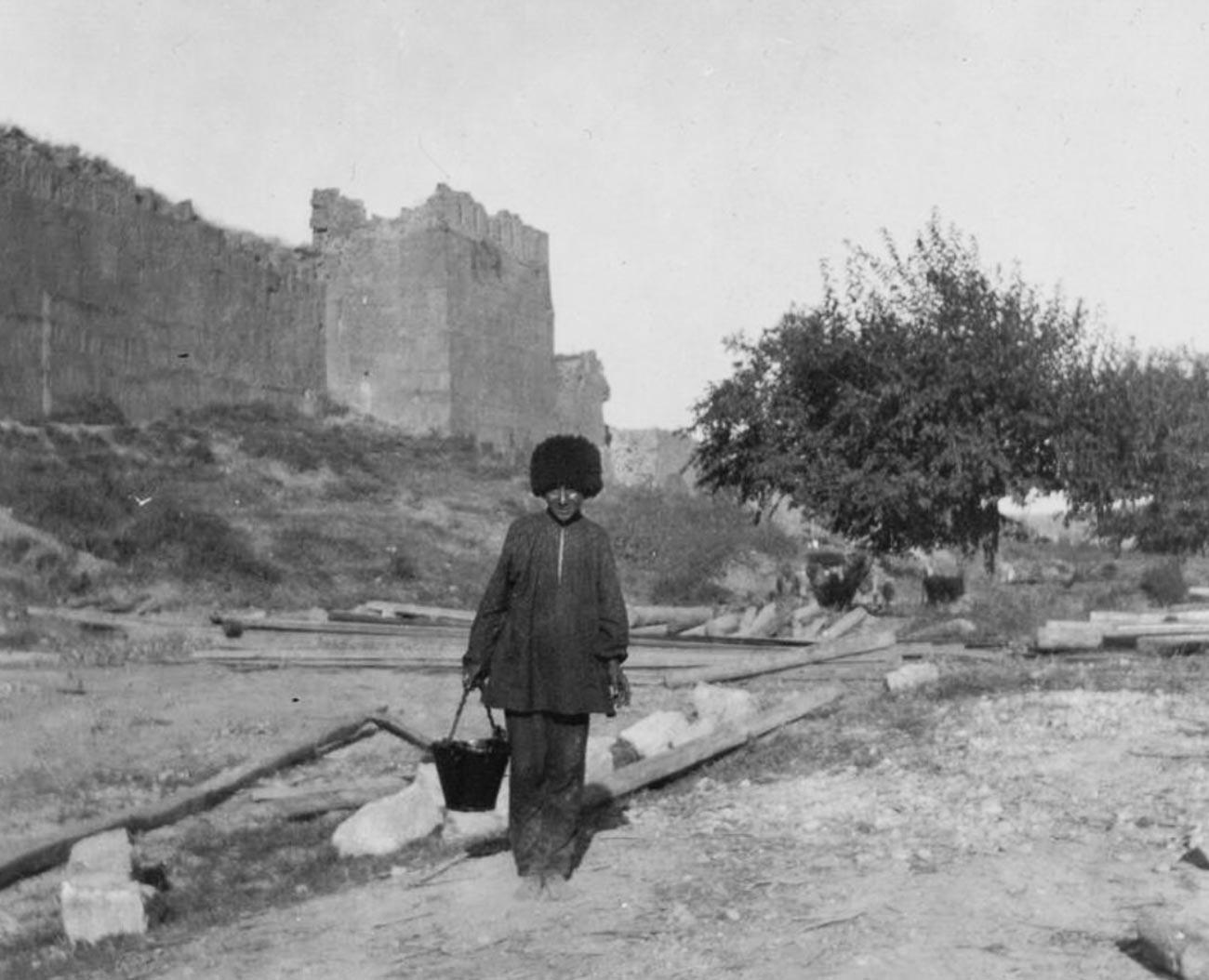 Les fortifications que l'on rencontre en visitant Derbent ont été érigées pour se défendre contre les attaques constantes des nomades – les Huns et les Khazars – au cours des V-VI siècles.