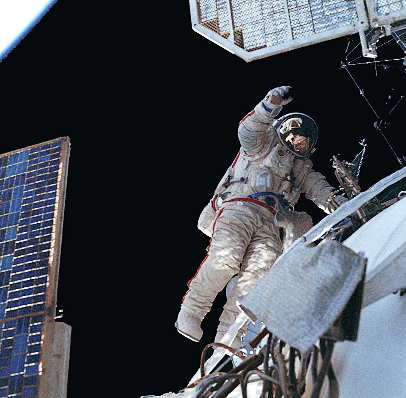 Il cosmonauta Aleksandr Volkov durante una passeggiata spaziale