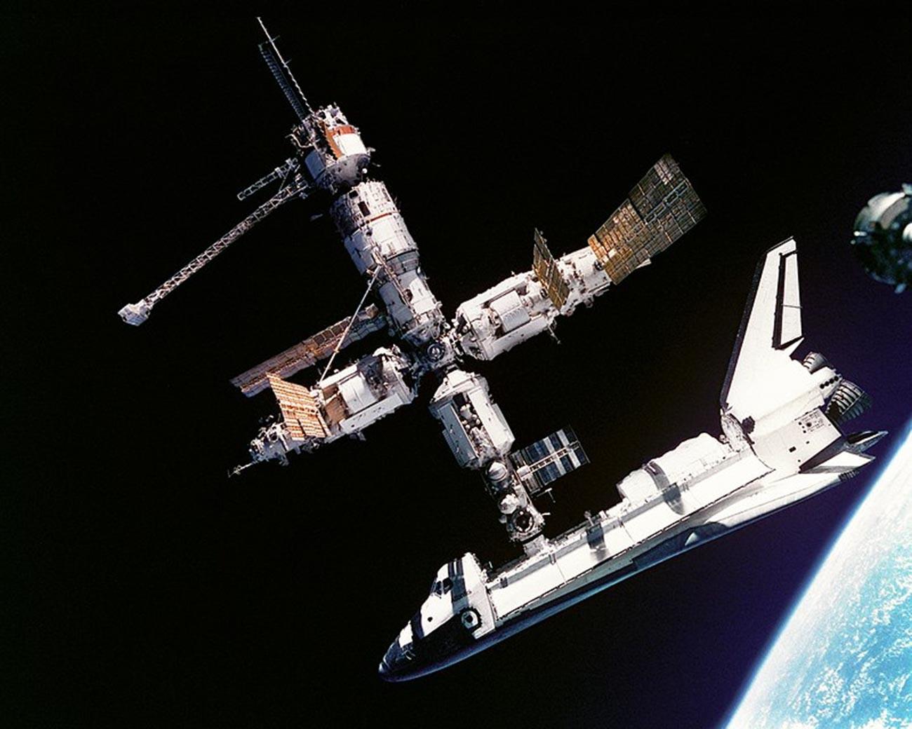 Questa vista dello Space Shuttle Atlantis ancora collegato alla stazione spaziale russa Mir è stata fotografata dall'equipaggio della Mir-19 il 4 luglio 1995