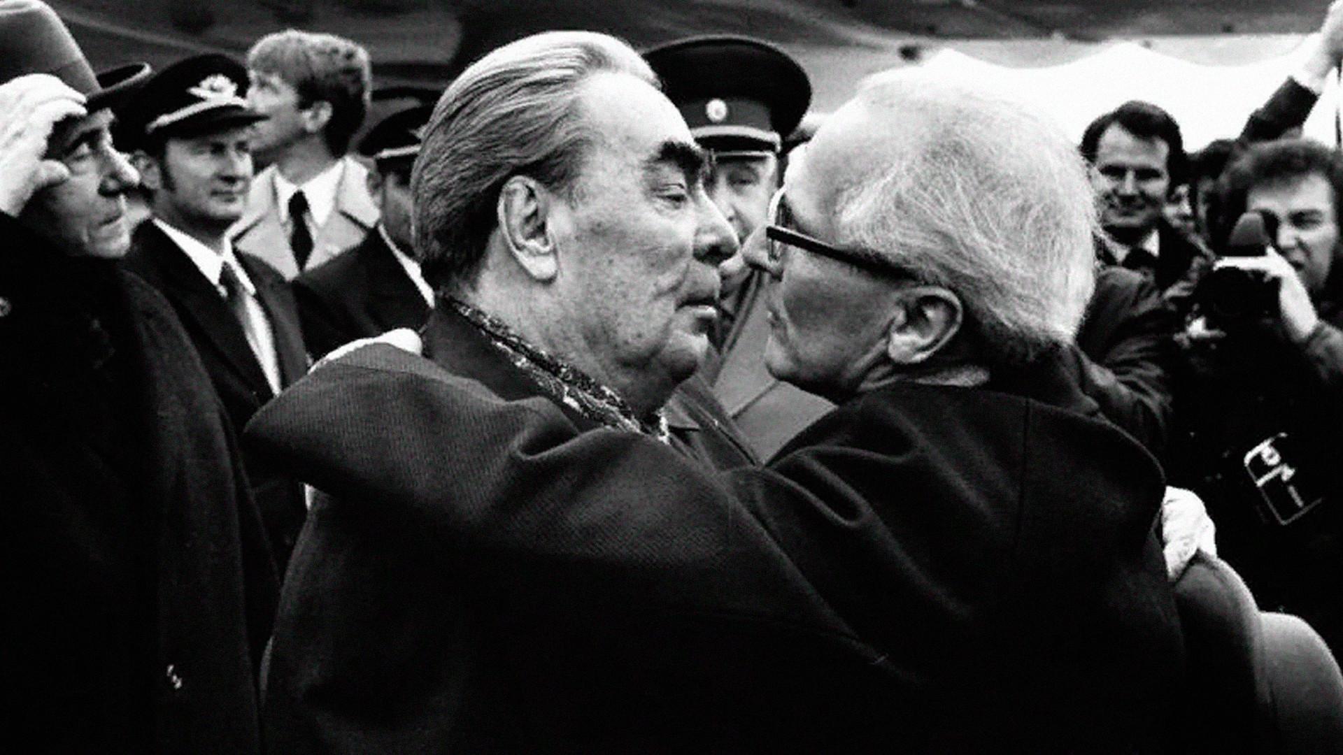 Reunión de Leonid Brézhnev con el líder de Alemania Oriental, Erich Honecker. Otra famosa foto de ellos besándose fue posteriormente consagrada como pieza de arte en el Muro de Berlín.