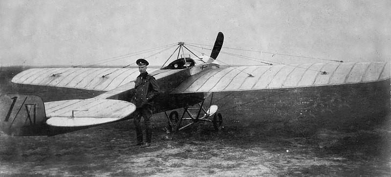 Nesterov junto al aeroplano en el que realizó la pirueta aérea.