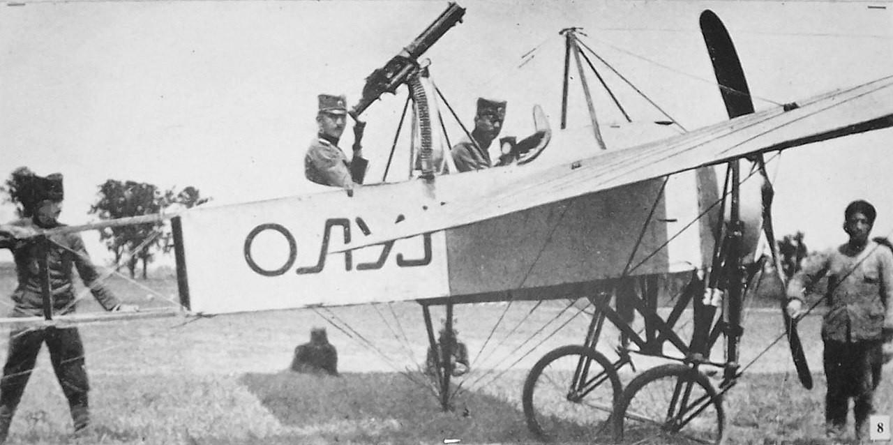Primer avión armado del ejército serbio en 1915. El avión es un Bleriot XI-2.