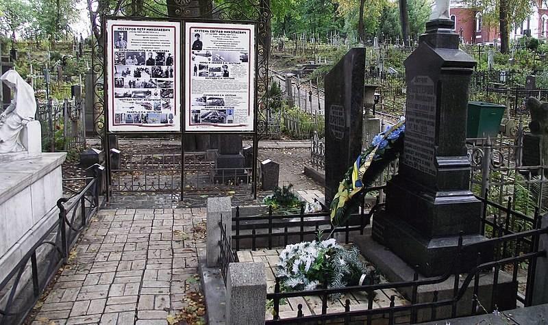 Tumba de Nesterov en el cementerio Lukianivske de Kiev (Ucrania)