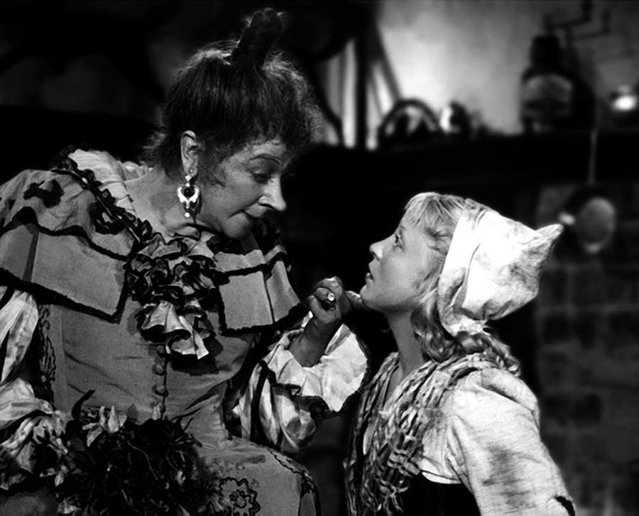 Faina Ranevskaya and Yanina Zheimo in 'Cinderella'.