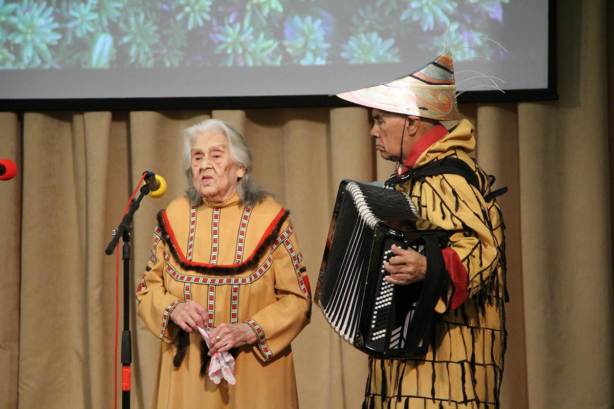 ヴェーラ・チモシェンコ(左)とゲンナージー・ヤコヴレフ(右)
