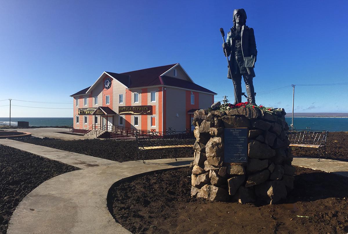 Das Denkmal für Witus Bering und das Hotel in Nikolskoje.