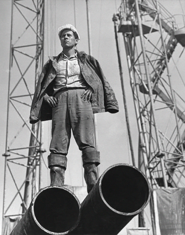 Un travailleur de gisement pétrolier pose en Sibérie.