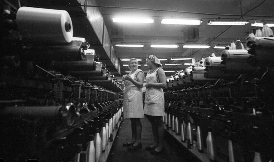 Deux ouvrières d'une usine de production de tissus synthétiques. Un nouveau plan quinquennal soviétique venait d'être lancé.