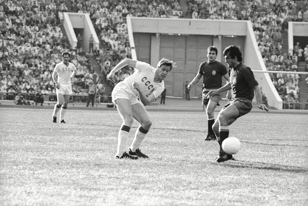 Un match opposant l'URSS à l'Espagne sur une pelouse de Moscou