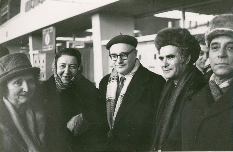 Pendant les années 1970 a commencé l'immigration massive des juifs vers Israël. Sur la photo: le célèbre biologiste Boris Zukerman et ses amis pausent avant son départ.