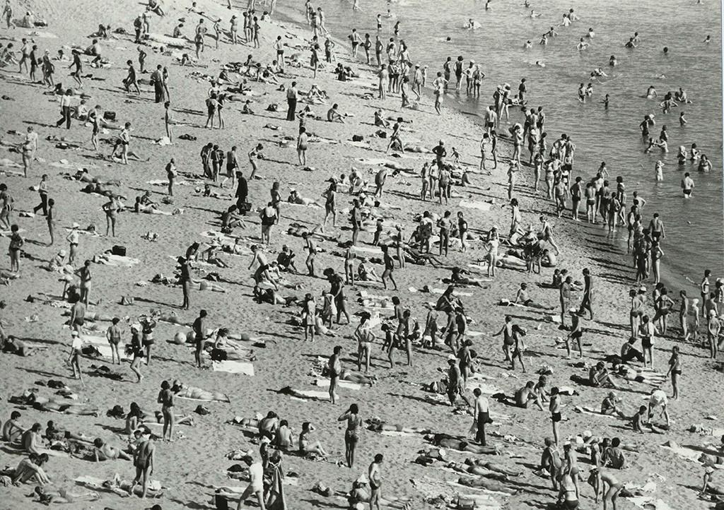 Une plage du fleuve Irtych par une journée estivale