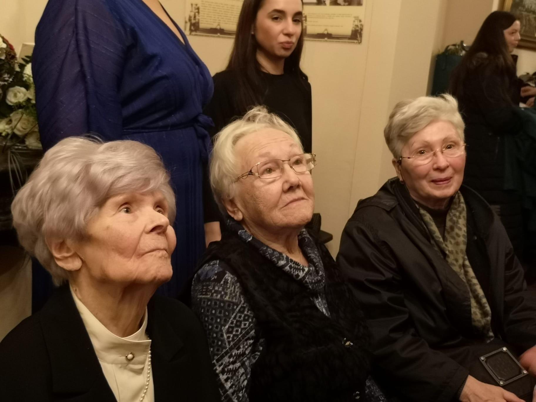Vera Kouchnareva (à gauche) avec les autres membres de l'Union des citoyens soviétiques de Belgique