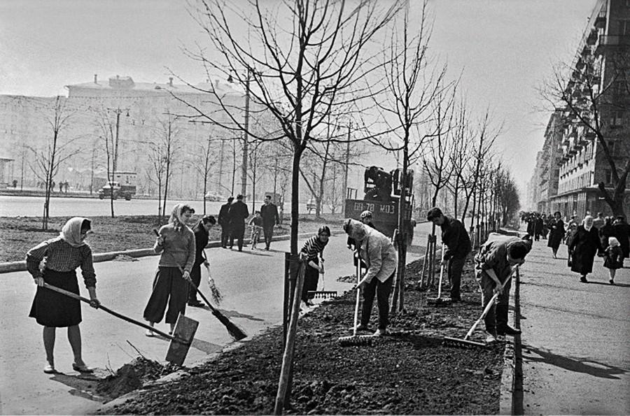春のモスクワ、通りでのスボートニク、1963年