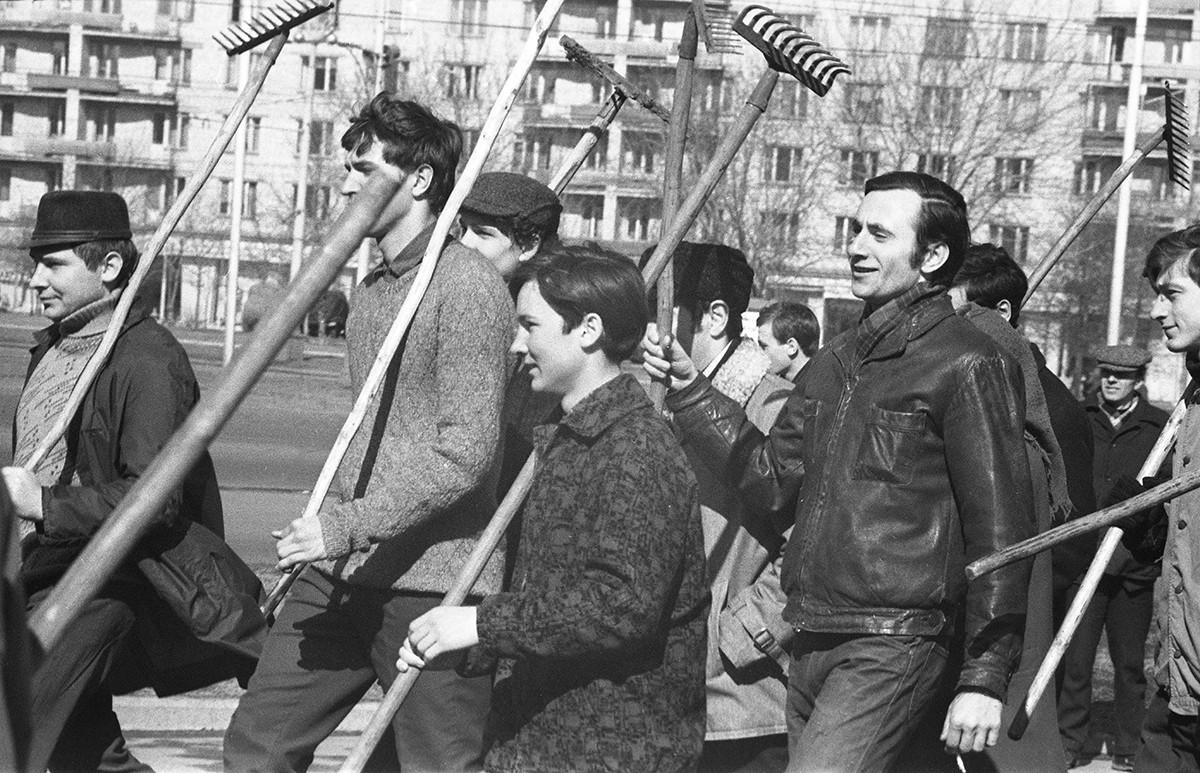 モスクワの通りで、第50回共産党スボートニクに参加する学生たち、1969年
