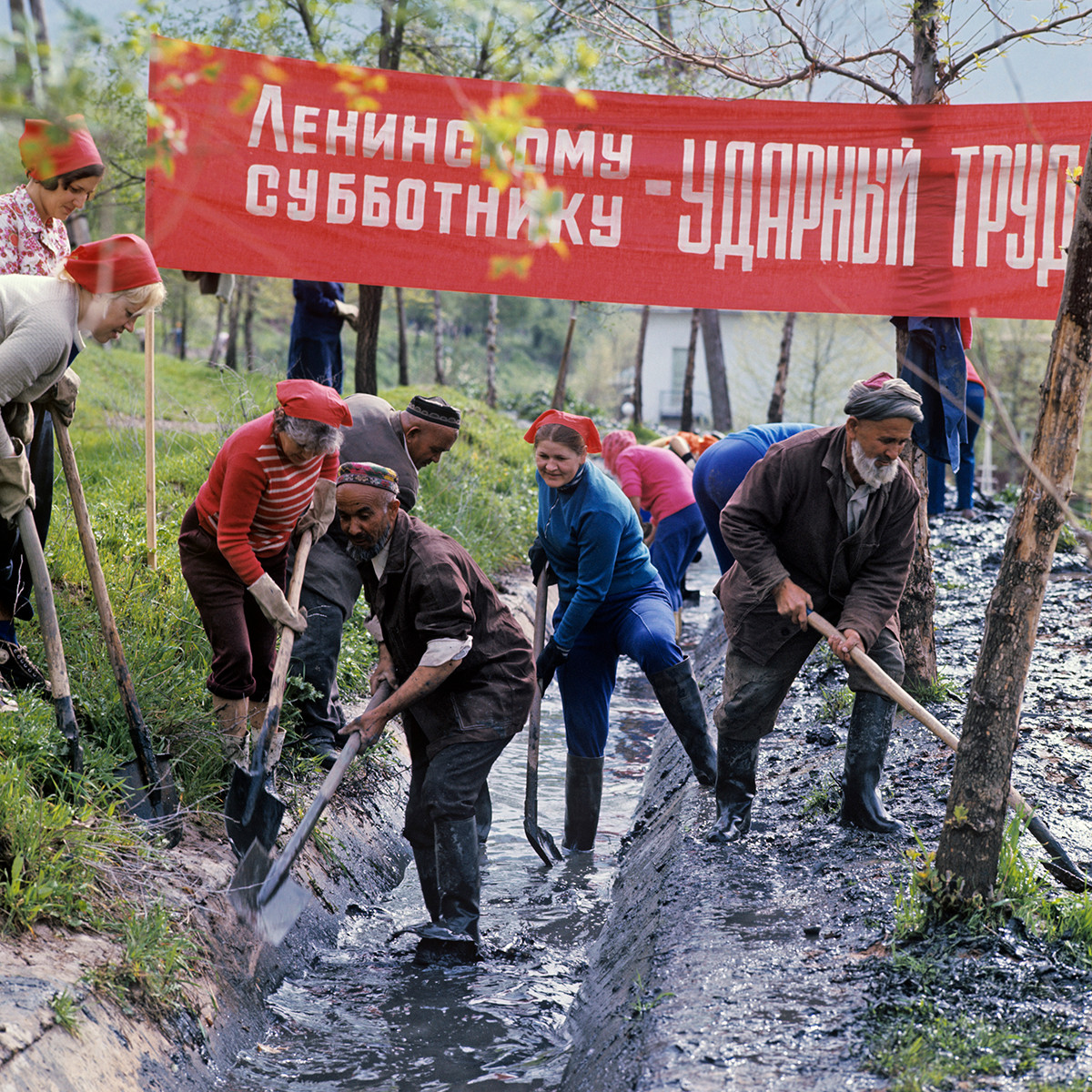 レーニン共産党スボートニクに参加するタジキスタン共和国の人々、1978年