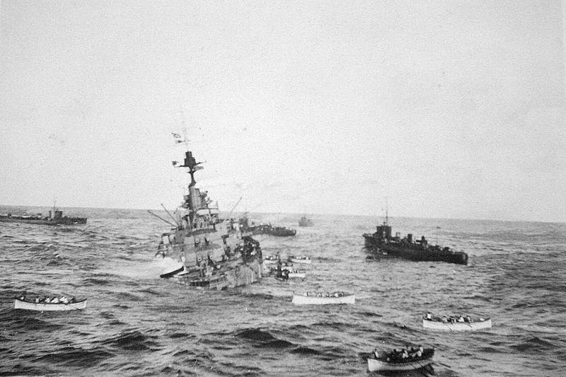 El acorazado británico HMS Audacious, hundiéndose el 26 de octubre de 1914 tras chocar contra una mina.