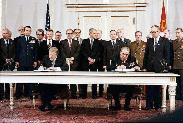 Jimmy Carter (Izq.), figura principal del embargo de cereales de 1980. Firmando el Tratado sobre Misiles Anti-Balísticos SALT II con Leonid Brezhnev (Der.) en 1979.