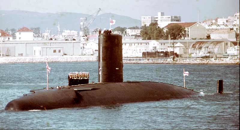 Submarino británico HMS Valiant entrando a Gibraltar en 1977. Fue dañado por la aviación argentina durante las operaciones en Malvinas.