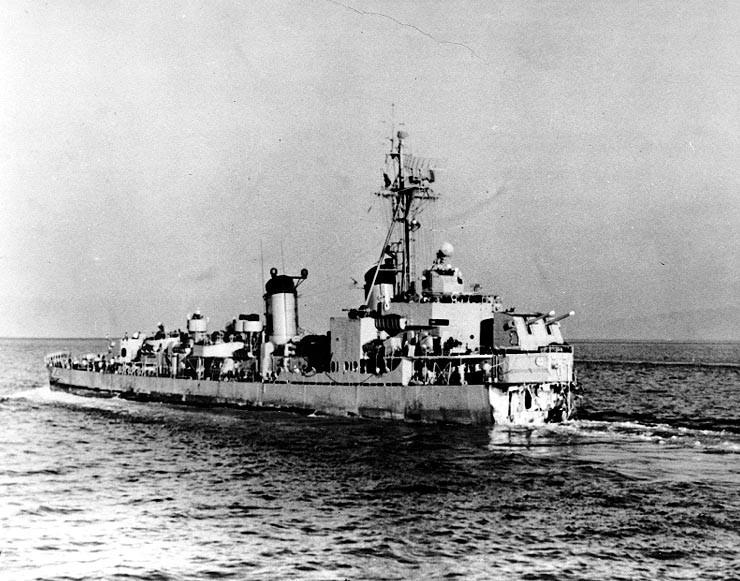 Guerra de Corea. El destructor estadounidense USS Ernest G. Small en ruta hacia Japón para ser reparado. Había perdido su proa por impacto de una mina enemiga.