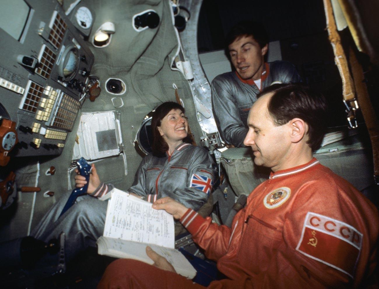 La tripulación espacial soviético-británica: Helen Sharman, Serguéi Krikalev y Anatoli Artsebarski.