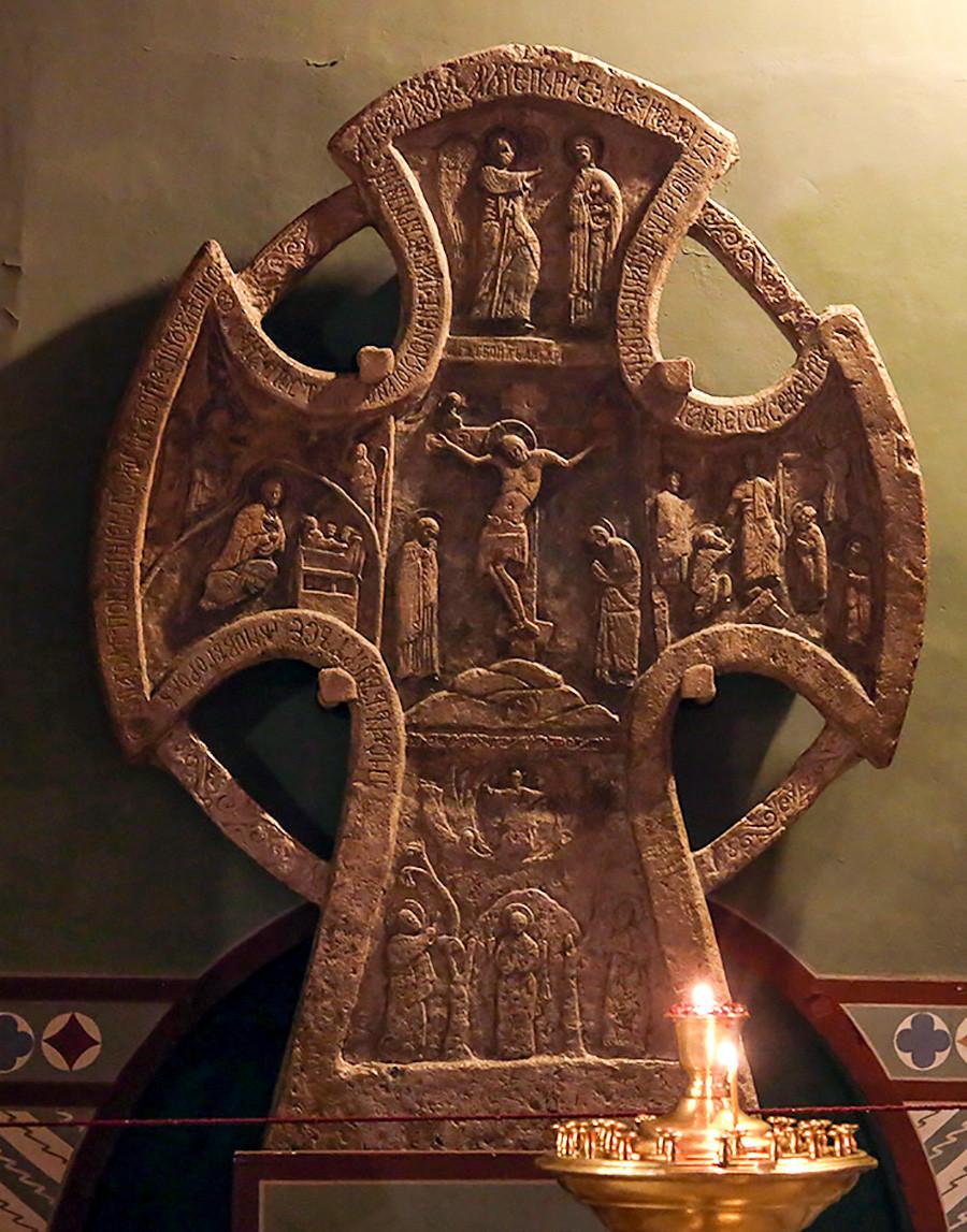 Salib peringatan Alekseevsky abad ke-14 di Katedral Santa Sofia di Veliky Novgorod.