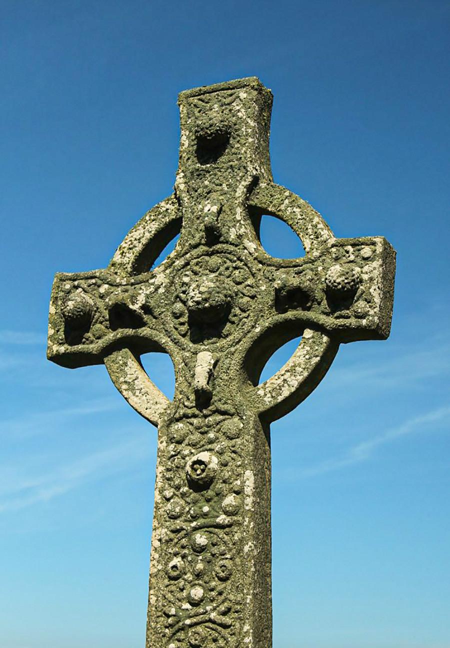 Salib batu abad ke-8 di Islay, Skotlandia.