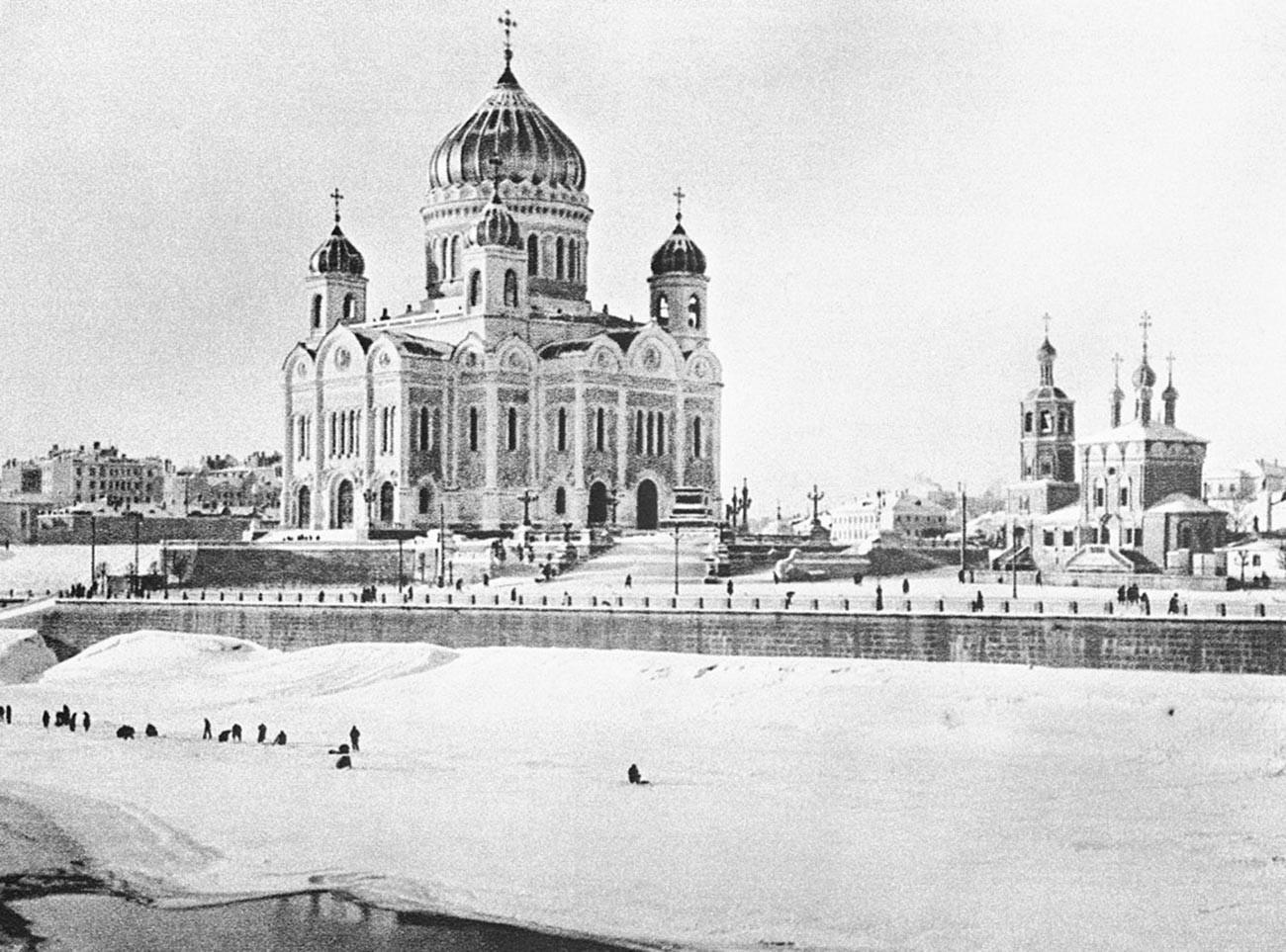 Katedral Kristus Sang Juru Selamat, 1927. Gereja ini dibangun untuk menghormati kemenangan dalam Perang Patriotik 1812.