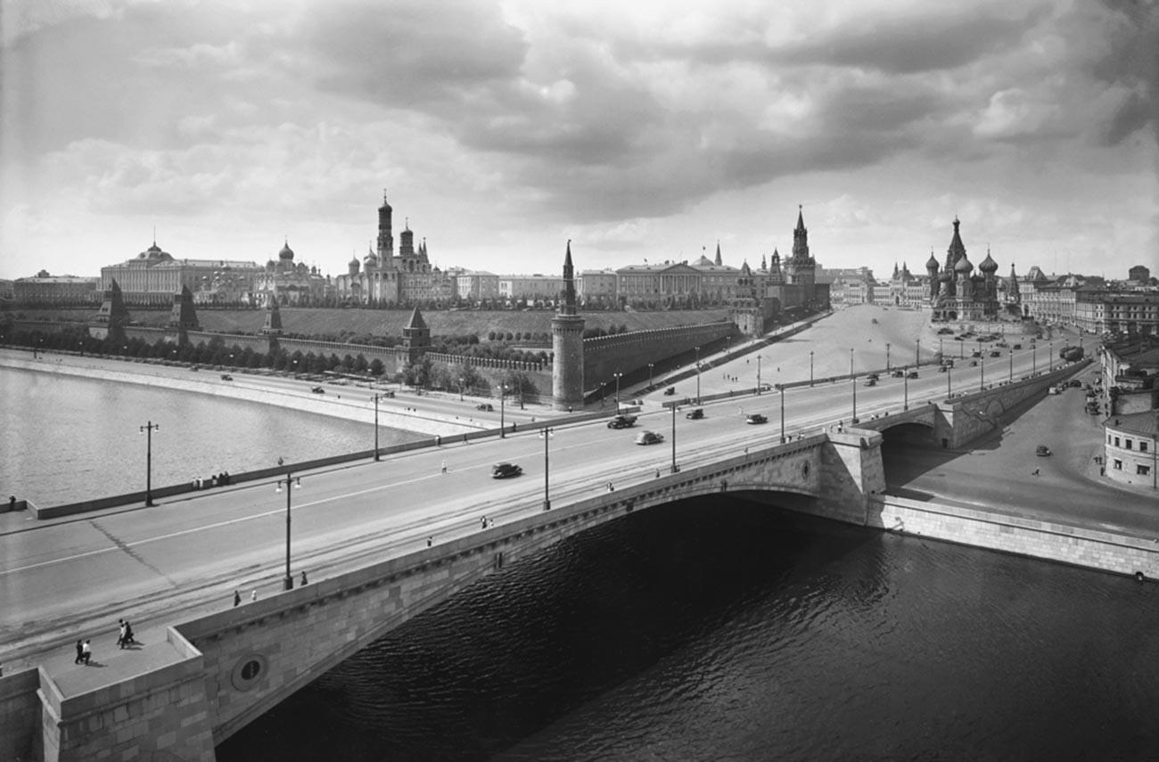 Pemandangan Jembatan Moskvoretsky dan Kremlin Moskow, 1939.