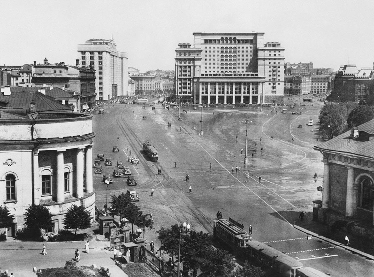 Alun-alun Manezhnaya dengan pemandangan Hotel Moskow. 1930s
