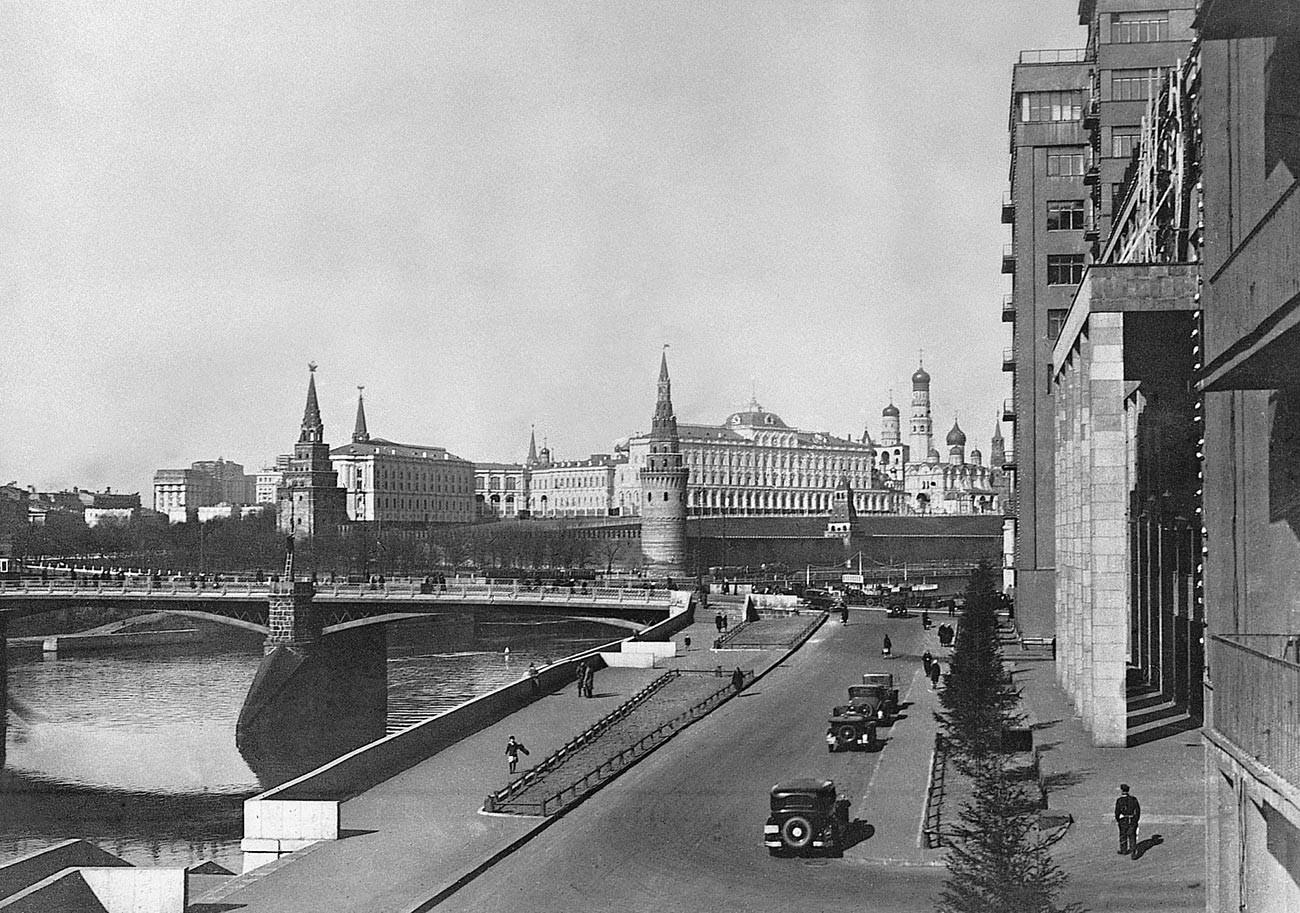 Pemandangan Jembatan Bolshoi Kamenny, akhir 1930-an.