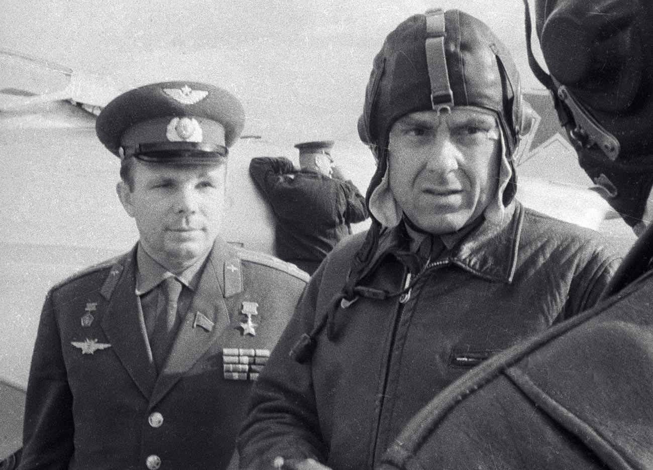 Yuri Gagarin (kiri) ditugaskan untuk menggantikan Komarov jika sewaktu-waktu Vladimir Komarov tidak dapat terbang.