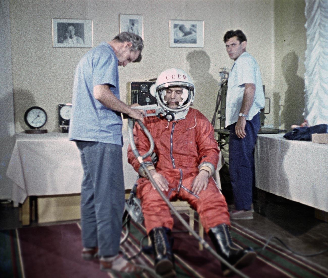 Kolonel Vladimir Komarov bersiap menjalani misi yang fatal.