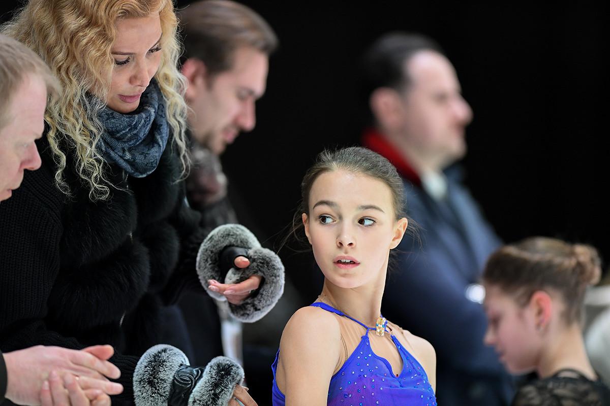 Anna Shcherbakova en janvier 2020 en Autriche pour les Championnats d'Europe de patinage artistique, accompagné d'Eteri Tutberidze