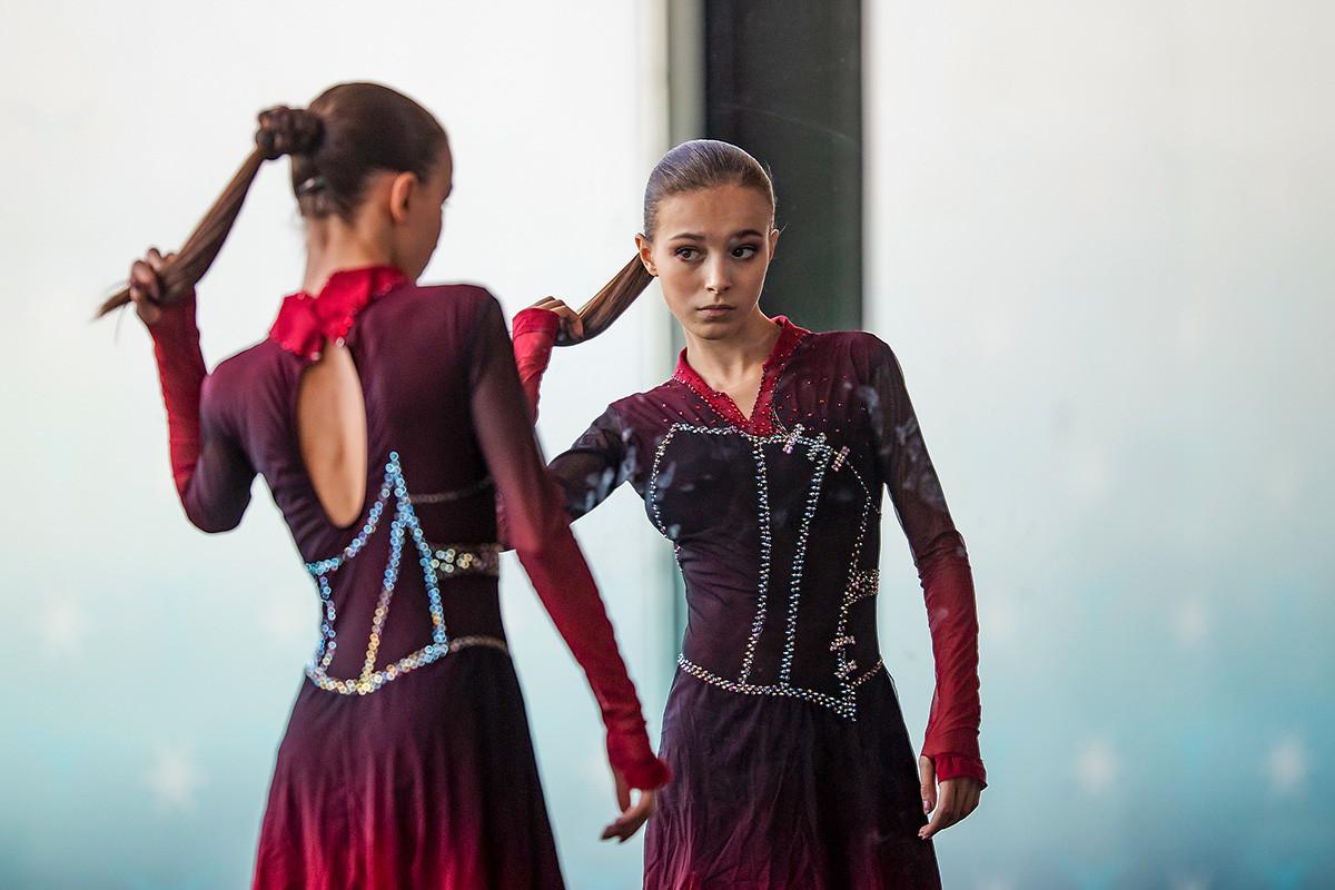Anna Scherbakova se aquecendo antes da Apresentação de Gala na final do Grande Prêmio da ISU de Patinação Artística (Sênior e Júnior) na Palavela Arena, em 8 de dezembro de 2019, em Torino, Itália