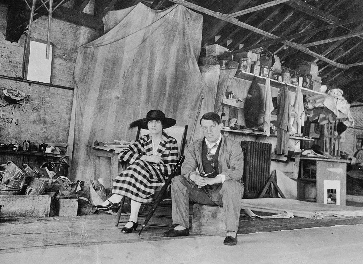Pablo Picasso e Olga Khokhlova no estúdio de pintura em Londres, 1919