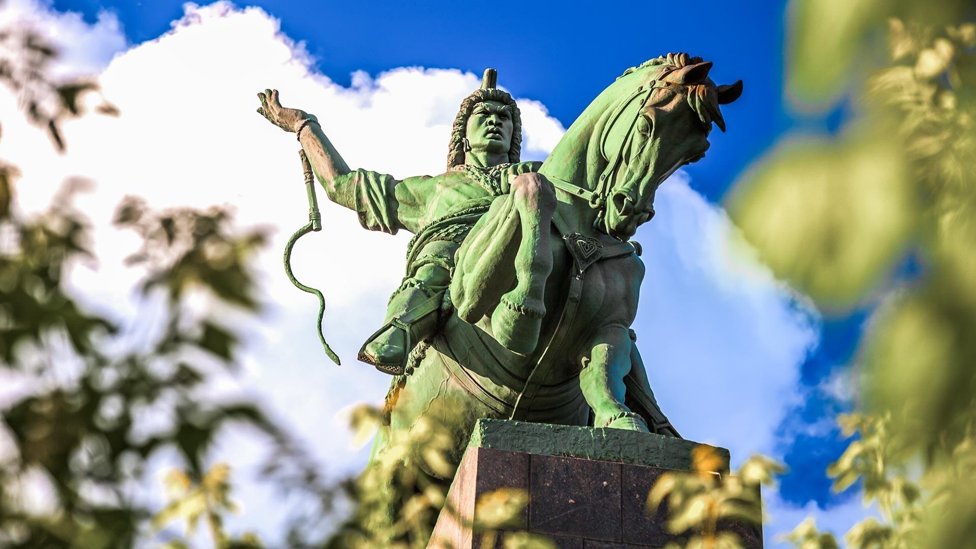 Un monumento a Salavat Julaev nella città di Ufà