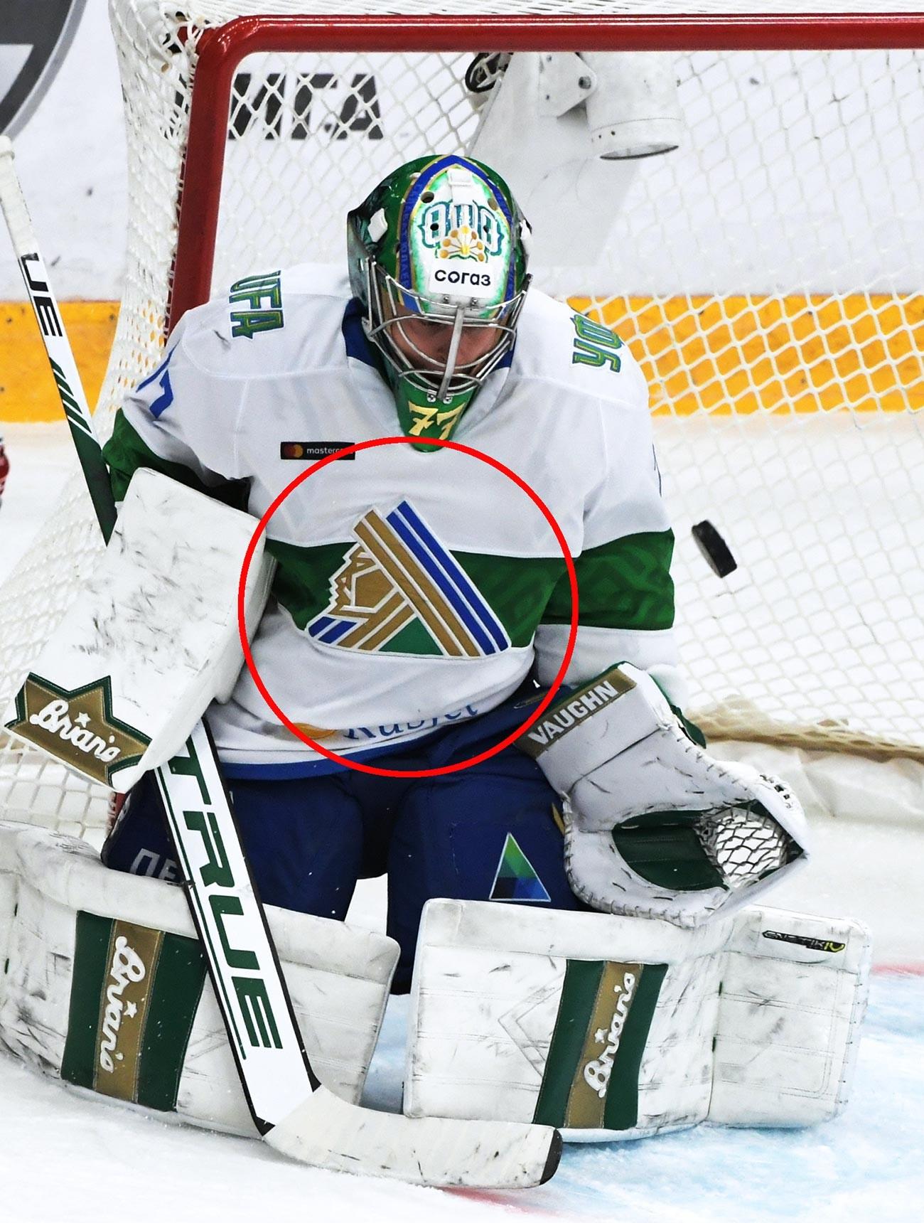 Lo stemma che rappresenta Salavat Julaev impresso sulla maglia del portiere della squadra di hockey su ghiaccio, Juha Metsola