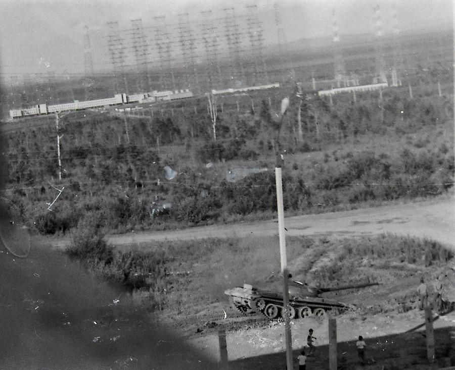 """Фотографија од седумдесеттите години на минатиот век. Првите доселеници, во позадина се гледаат столбовите на """"Дуга""""."""