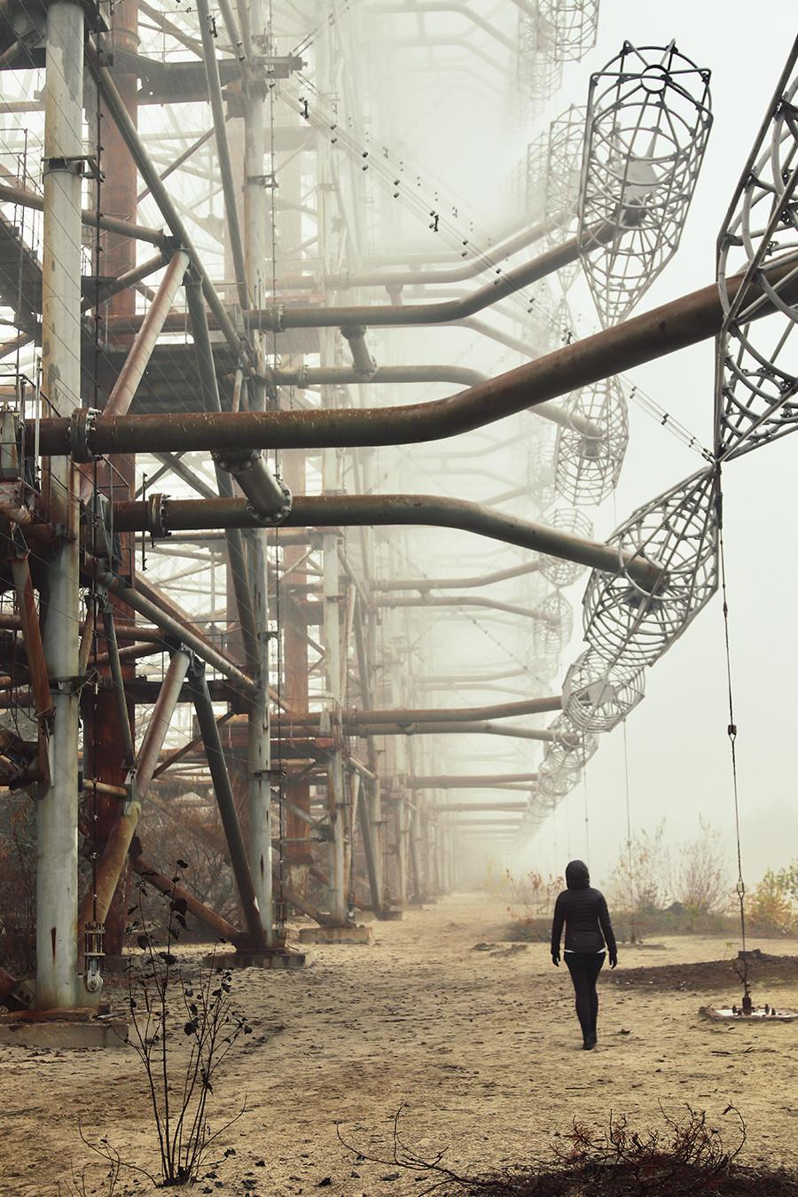 """Поранешниот воен радарски систем """"Дуга"""" во Чернобилската зона на отуѓување, Украина. Денешен изглед, поглед одозгора."""