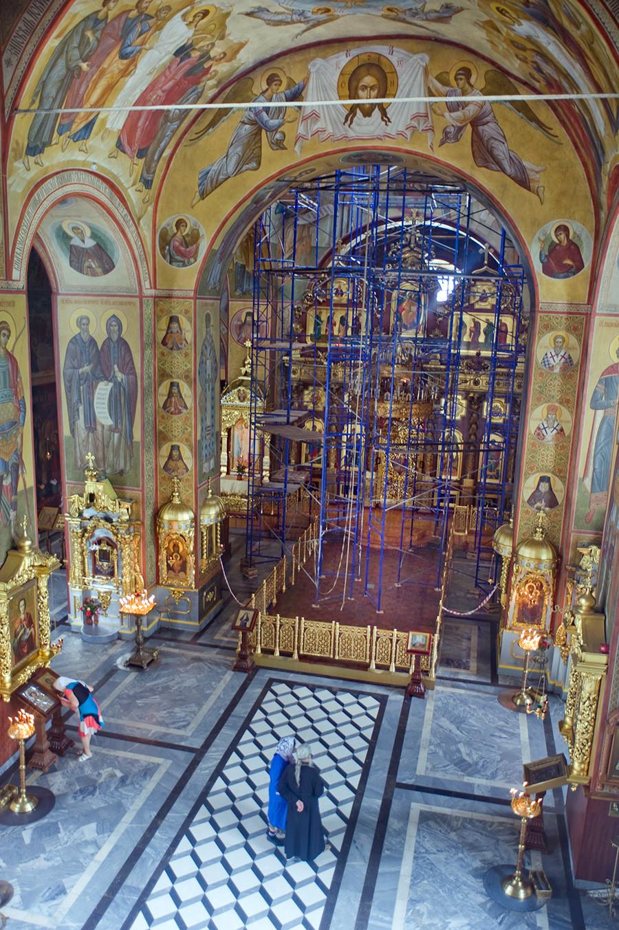Cathédrale de la Transfiguration, intérieur. Vue vers l'iconostase