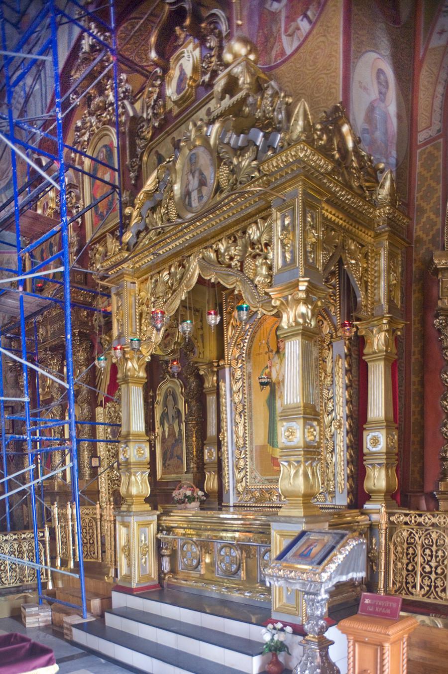 Cathédrale de la Transfiguration, baldaquin avec reliques de saint Ioassaph, évêque de Belgorod (reliques transférées du musée en 1991)