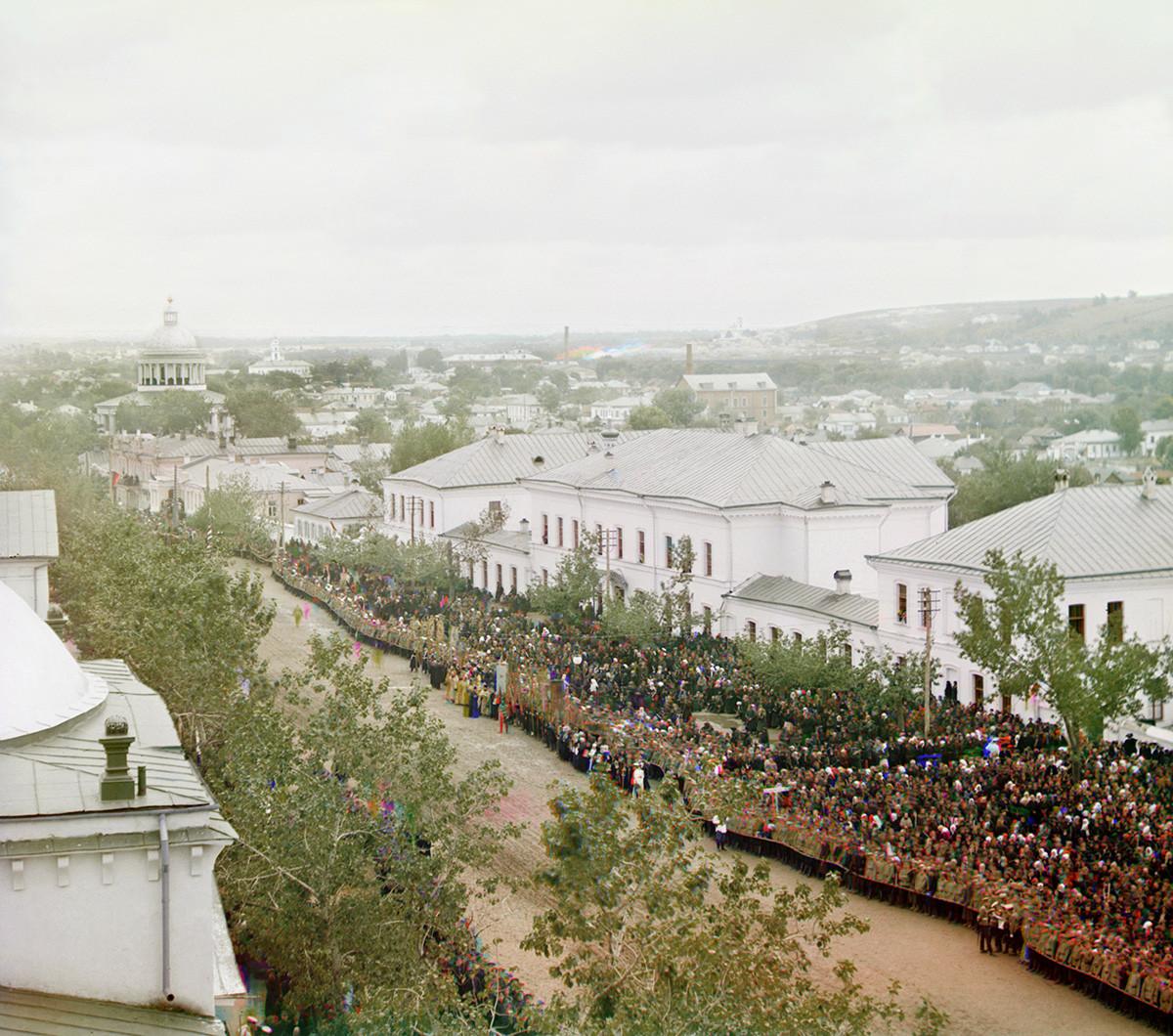 Place de la cathédrale, vue depuis le clocher du monastère de la Trinité le 4 septembre 1911. Des dignitaires et la foule se sont rassemblés pour la procession de la Croix en hommage à la canonisation de saint Ioassaph. À gauche : cathédrale en forme de dôme de la Nativité de la Vierge.