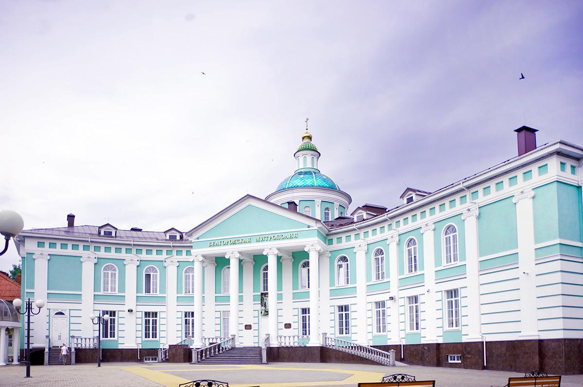 Siège du métropolite de Belgorod, avec l'église de la Trinité. Construit sur le site du monastère de la Trinité.