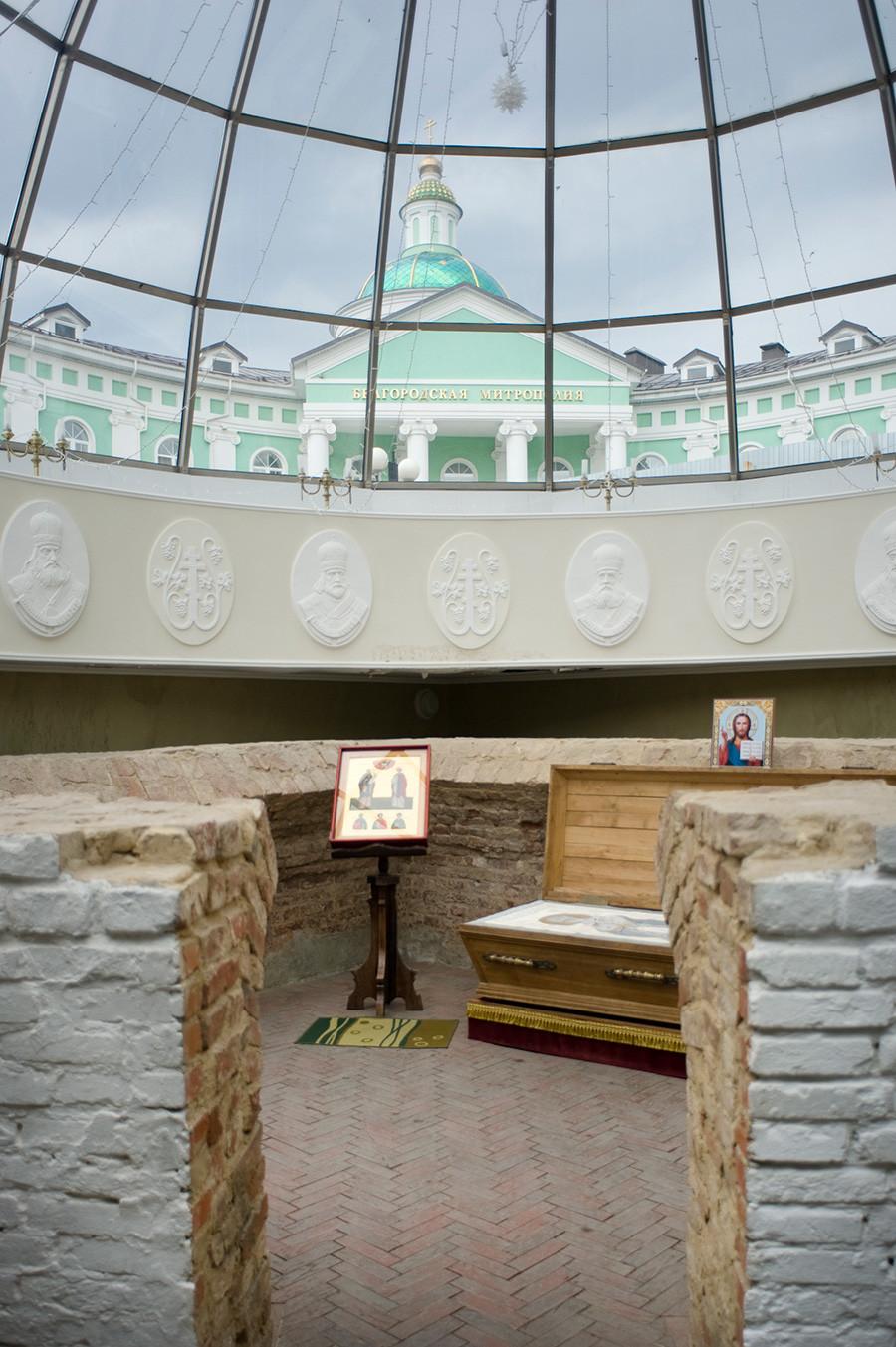 Crypte funéraire d'Ioassaph, adjacente à la chapelle Saint Ioassaph. Située dans la partie sud-ouest de la cathédrale de la Trinité démolie. Découverte par des archéologues en 1911. Arrière-plan supérieur : siège du métropolite de Belgorod