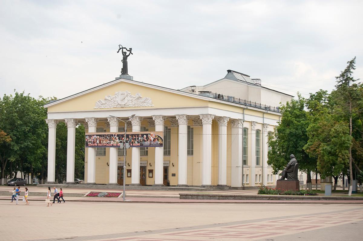 Théâtre dramatique d'État Chtchepkine, place de la cathédrale. Construit sur le site du couvent de la Nativité de la Vierge (démoli pendant la période soviétique)