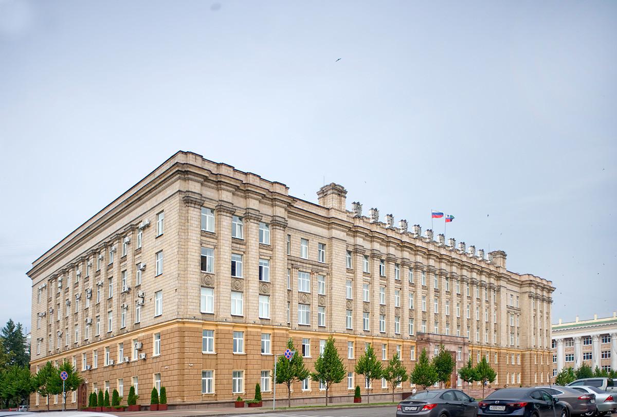 Bâtiment de l'administration régionale de Belgorod, place de la Cathédrale (anciennement place de la Révolution)