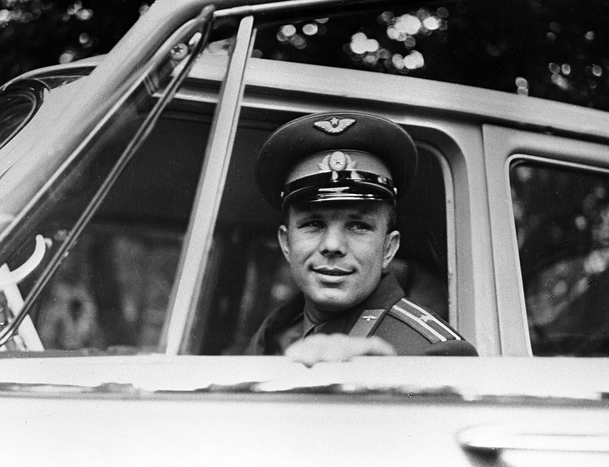 Gagarin posiert in seinem Auto, 1961.