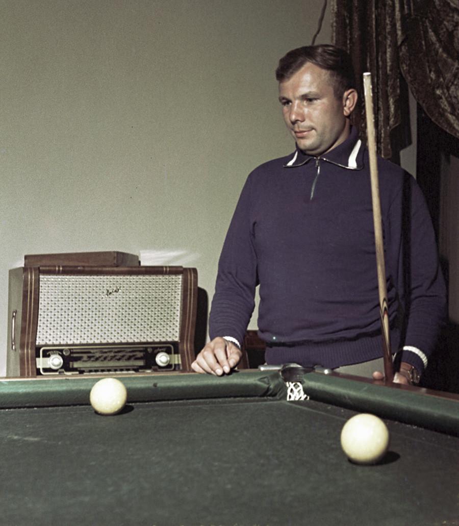 Juri Gagarin spielt Billard, 1961.